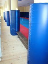Защита колонн протектором в спортивном зале