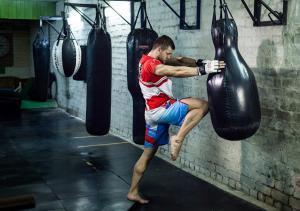 Удар коленом по мешку Муай Тай - Николай Алексахин