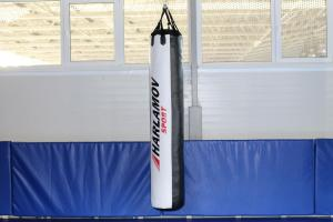 Боксёрский мешок 100 кг чёрно-белый - фото в зале
