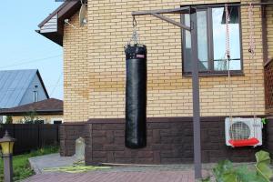 Уличный боксёрский мешок во дворе дома